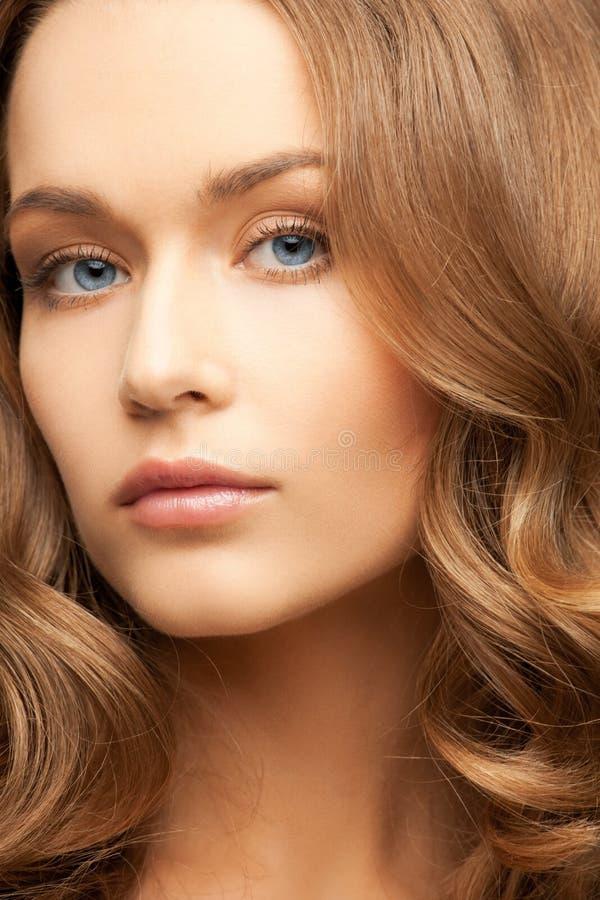 Mujer hermosa con el pelo largo foto de archivo libre de regalías