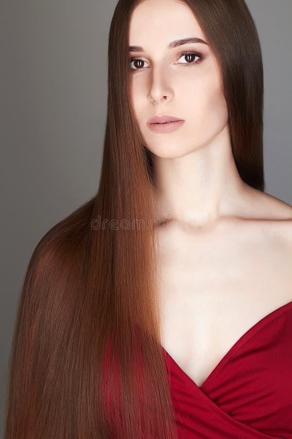 Mujer hermosa con el pelo largo recto sano fotografía de archivo libre de regalías