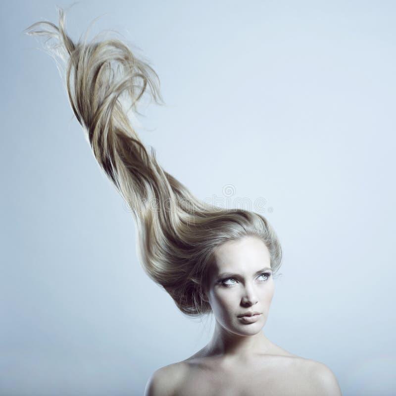 Mujer hermosa con el pelo magnífico imagenes de archivo