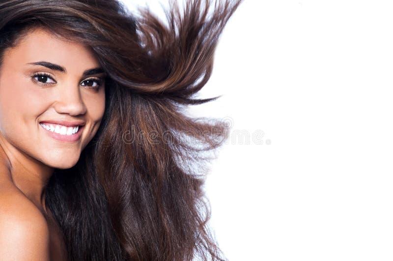 Mujer hermosa con el pelo marrón largo ondulado imagenes de archivo