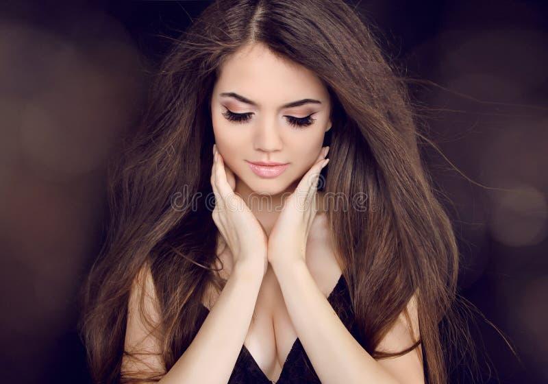 Mujer hermosa con el pelo marrón largo. Peinados largos de la moda foto de archivo