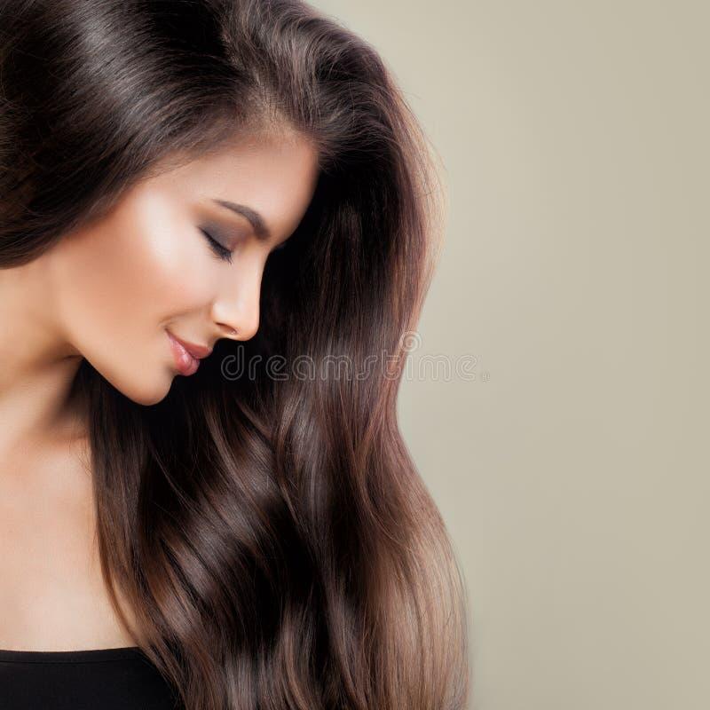 Mujer hermosa con el pelo perfecto y el maquillaje de Brown foto de archivo