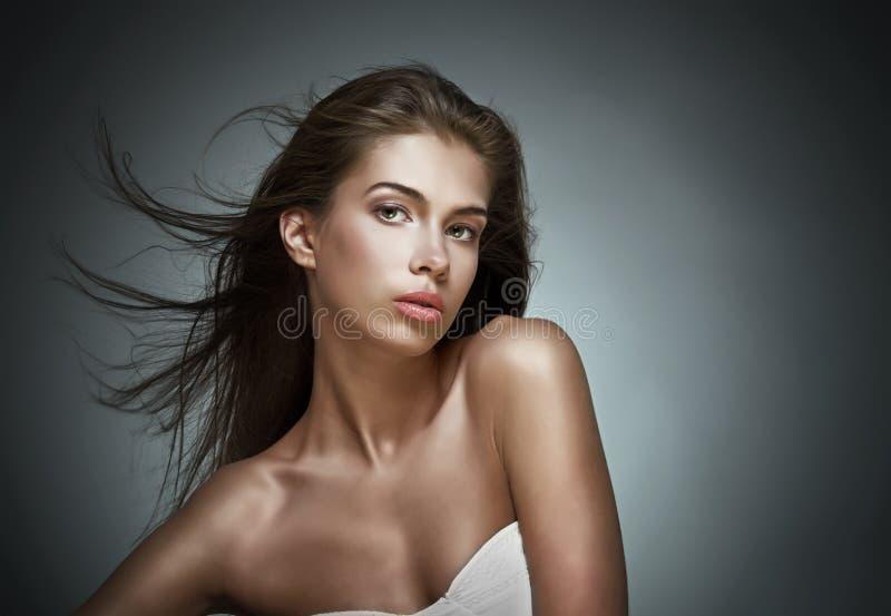 Mujer hermosa con el pelo que agita. imagen de archivo libre de regalías