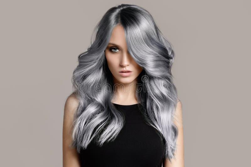 Mujer hermosa con el pelo que colorea ondulado largo foto de archivo libre de regalías