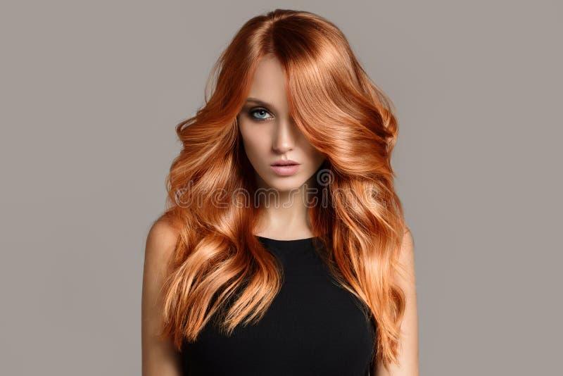 Mujer hermosa con el pelo que colorea ondulado largo imagen de archivo