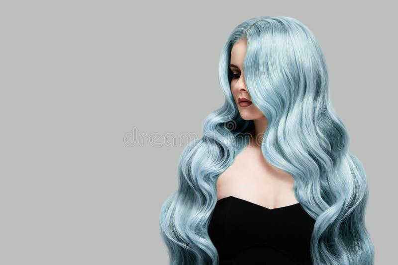 Mujer hermosa con el pelo que colorea ondulado largo imágenes de archivo libres de regalías