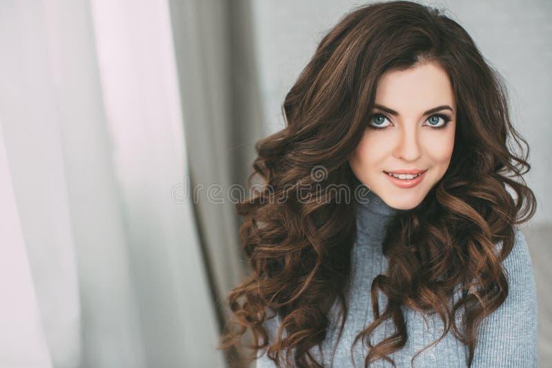 Mujer hermosa con el pelo rizado largo Pelo y maquillaje imagen de archivo libre de regalías