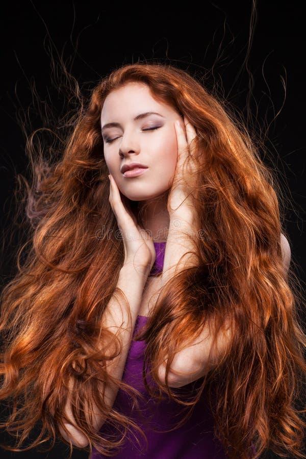 Mujer hermosa con el pelo rojo imagenes de archivo