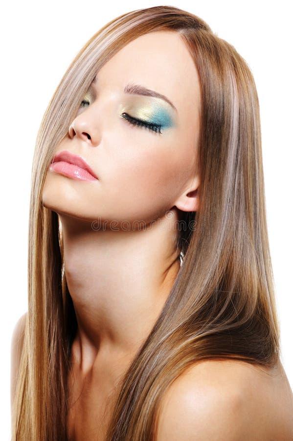 mujer hermosa con el pelo rubio largo sano foto de archivo