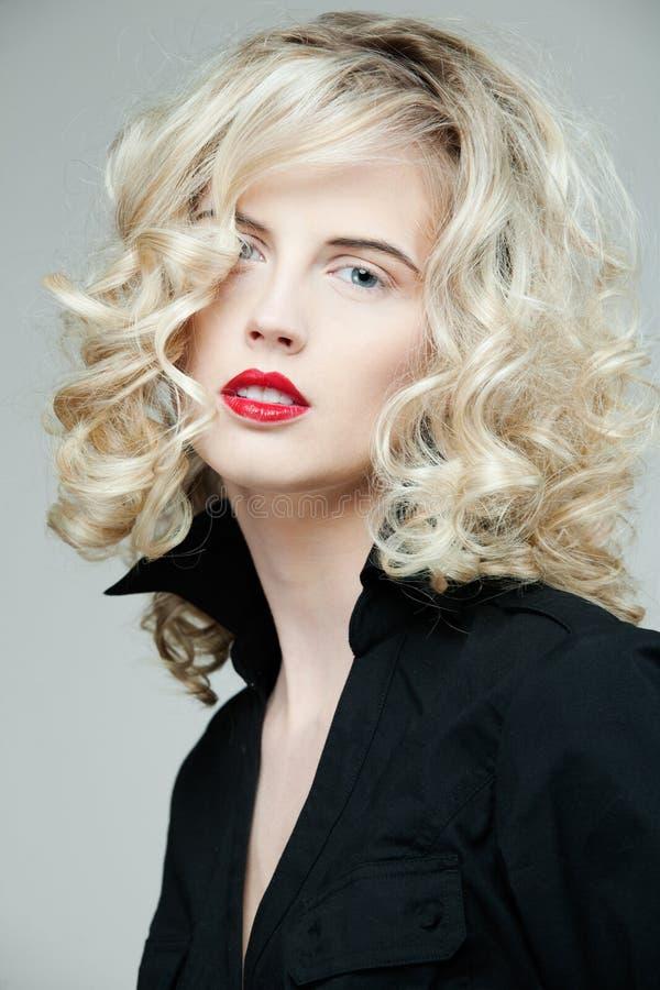 Mujer hermosa con el pelo rubio rizado largo. imágenes de archivo libres de regalías