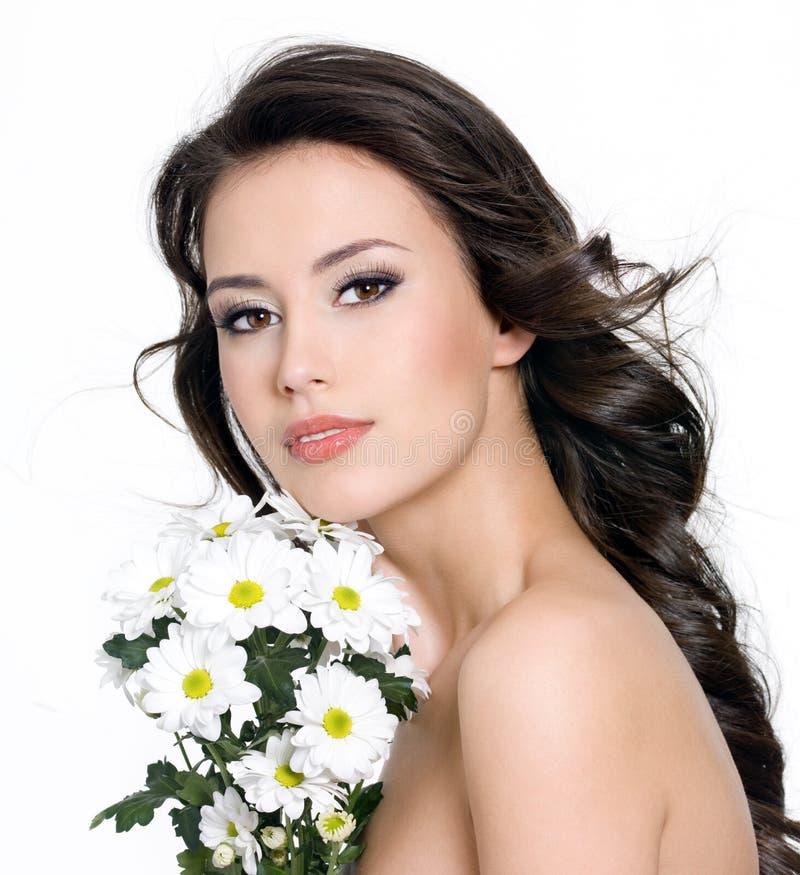 Mujer hermosa con el ramo de flores fotografía de archivo