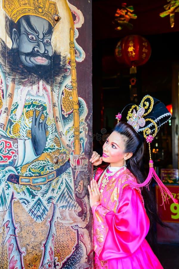 Mujer hermosa con el vestido rosado chino del traitional fotos de archivo