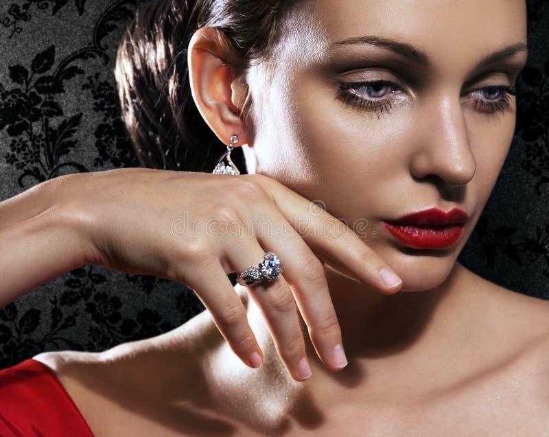 Mujer hermosa con joyería imagen de archivo libre de regalías