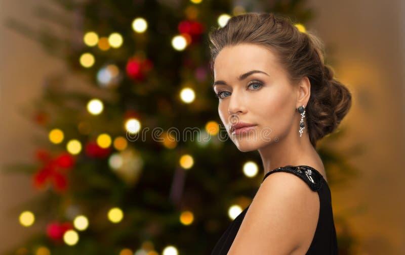 Mujer hermosa con joyería del diamante en la Navidad imágenes de archivo libres de regalías