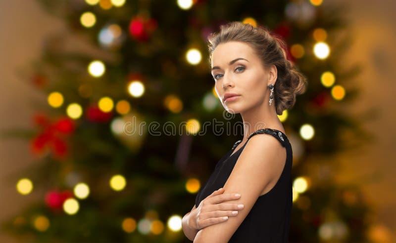 Mujer hermosa con joyería del diamante en la Navidad fotografía de archivo libre de regalías