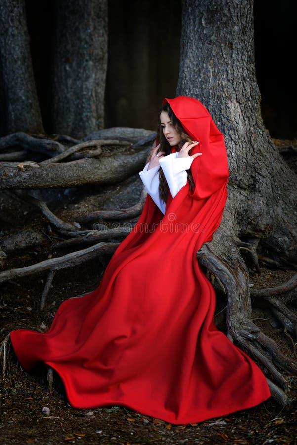 Mujer hermosa con la capa roja imagen de archivo