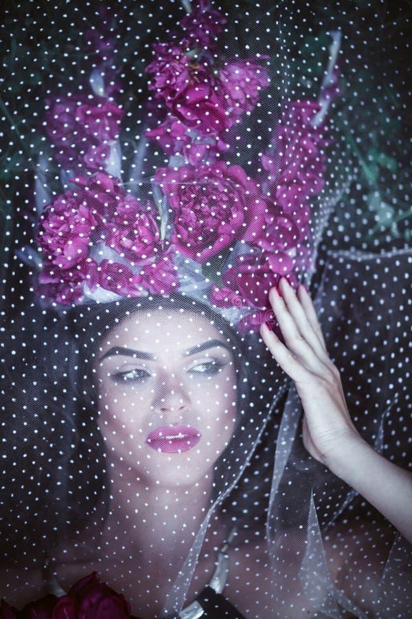 Mujer hermosa con la corona que miente debajo de Tulle foto de archivo