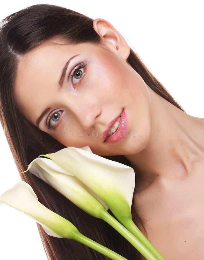 Mujer hermosa con la flor de la cala fotos de archivo