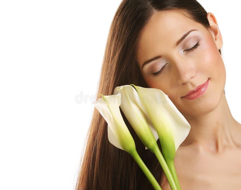 Mujer hermosa con la flor de la cala imágenes de archivo libres de regalías