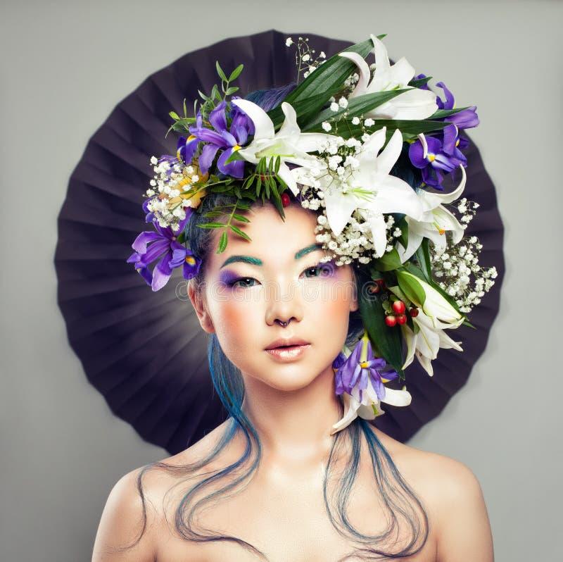 Mujer hermosa con la flor en su cabeza y maquillaje creativo imagen de archivo libre de regalías