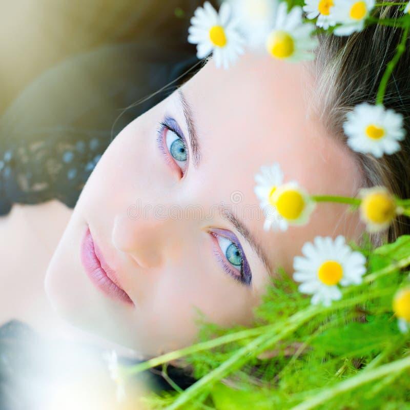 Mujer hermosa con la guirnalda de Camomiles - belleza natural - perfeccione foto de archivo libre de regalías