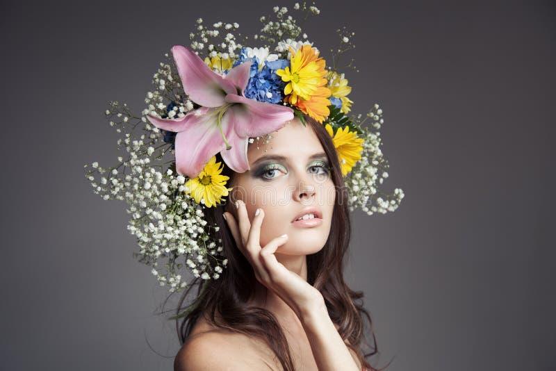 Mujer hermosa con la guirnalda de la flor en su cabeza imagenes de archivo