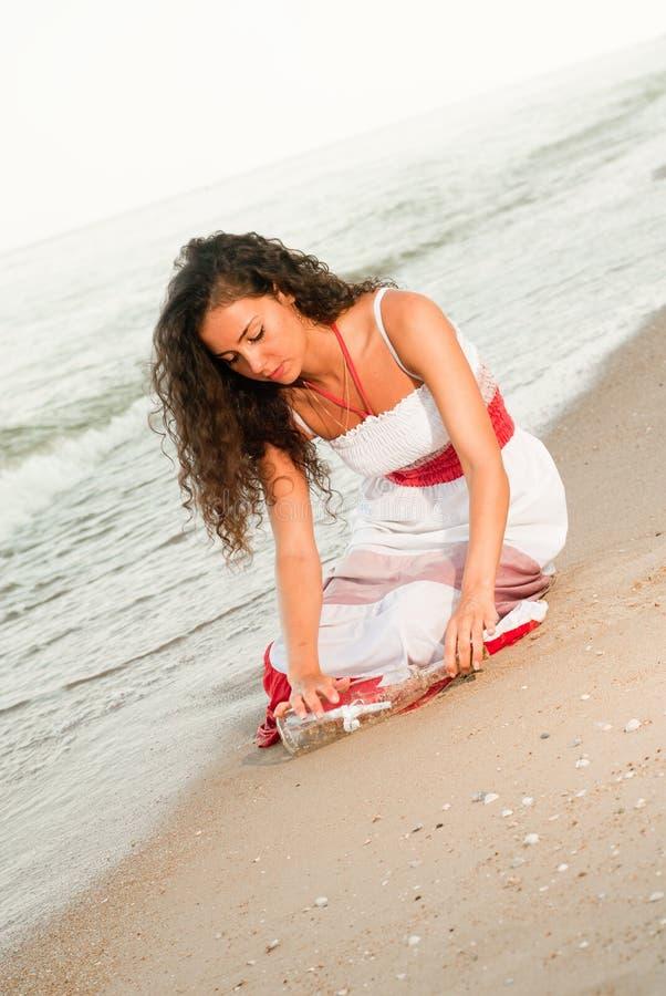 Mujer hermosa con la letra en botella foto de archivo libre de regalías