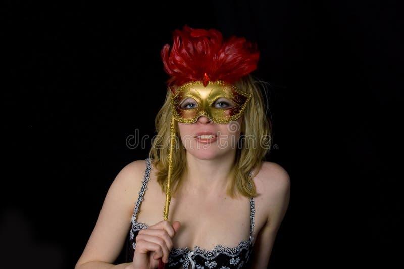 Mujer hermosa con la máscara aislada en negro imagenes de archivo