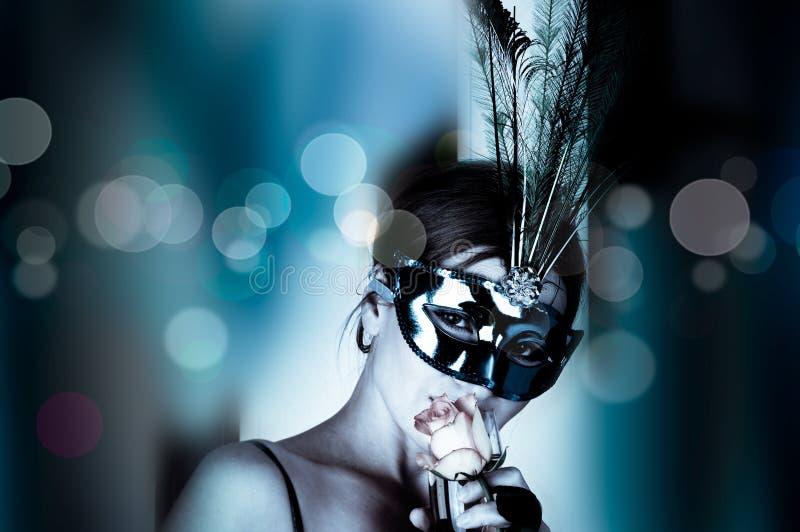 Mujer hermosa con la máscara y el vino foto de archivo libre de regalías