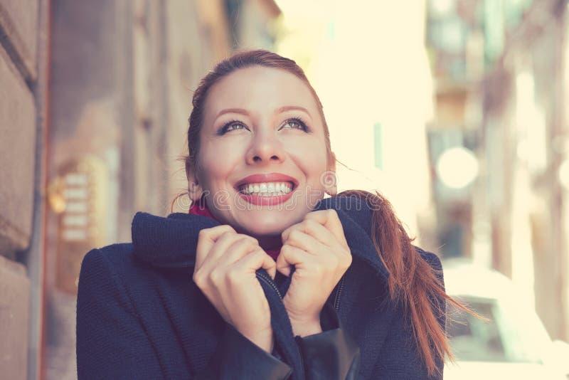 Mujer hermosa con la sonrisa blanca perfecta que siente feliz y caliente en un día soleado del otoño imagen de archivo