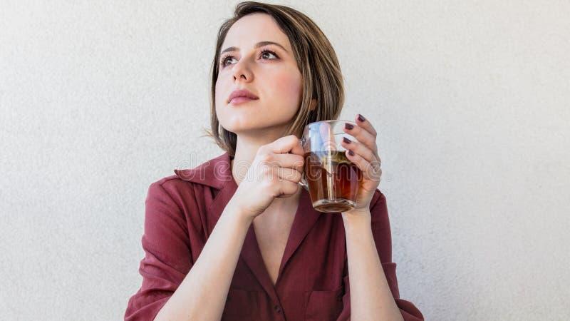 Mujer hermosa con la taza de t? en casa por una ma?ana imágenes de archivo libres de regalías