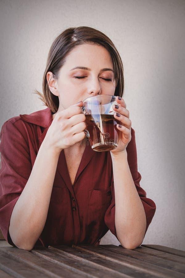 Mujer hermosa con la taza de t? en casa por una ma?ana fotografía de archivo