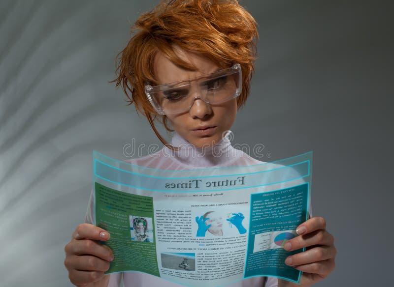 Mujer hermosa con la visualización de alta tecnología flexible foto de archivo libre de regalías