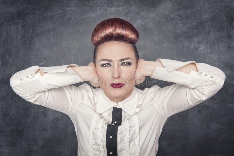 Mujer hermosa con las manos en sus oídos imágenes de archivo libres de regalías