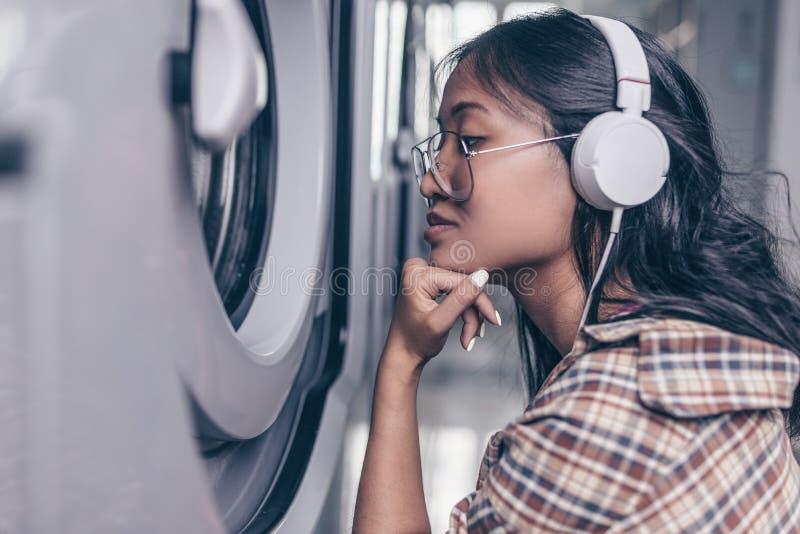 Mujer hermosa con los auriculares imagen de archivo