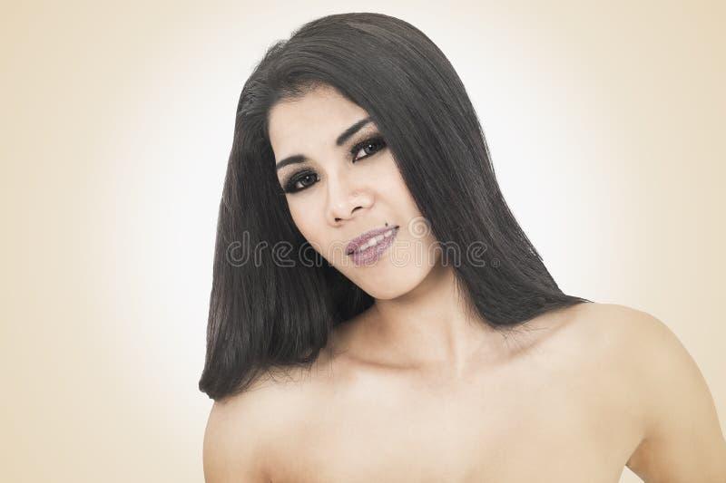 Mujer hermosa con los hombros descubiertos imagenes de archivo