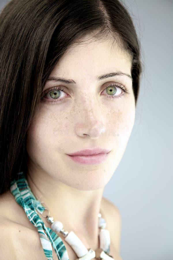 Mujer hermosa con los ojos y las pecas magníficos foto de archivo libre de regalías