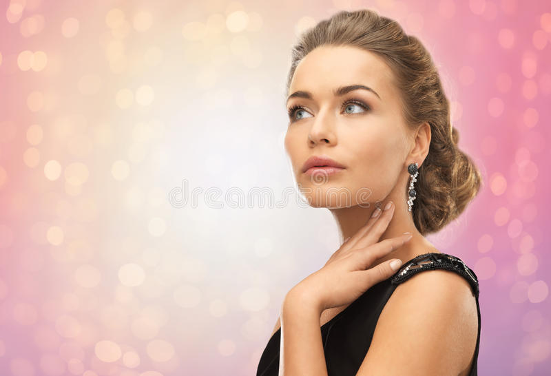 Mujer hermosa con los pendientes del diamante fotografía de archivo libre de regalías