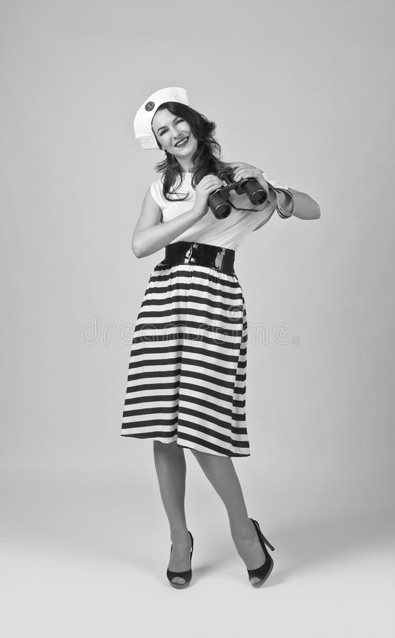 Mujer hermosa con los prismáticos imágenes de archivo libres de regalías
