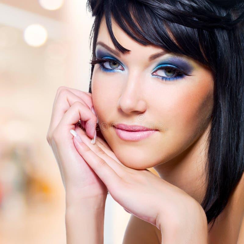 Mujer hermosa con maquillaje azul fotos de archivo