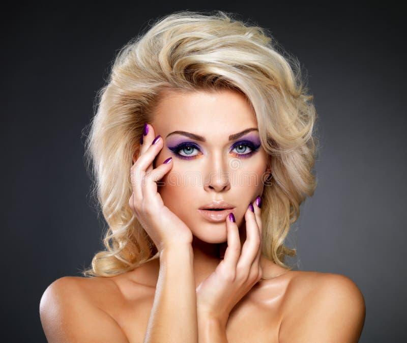 Mujer hermosa con maquillaje de la belleza foto de archivo