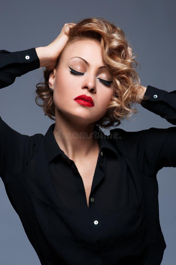 Mujer hermosa con maquillaje de la tarde. imagenes de archivo