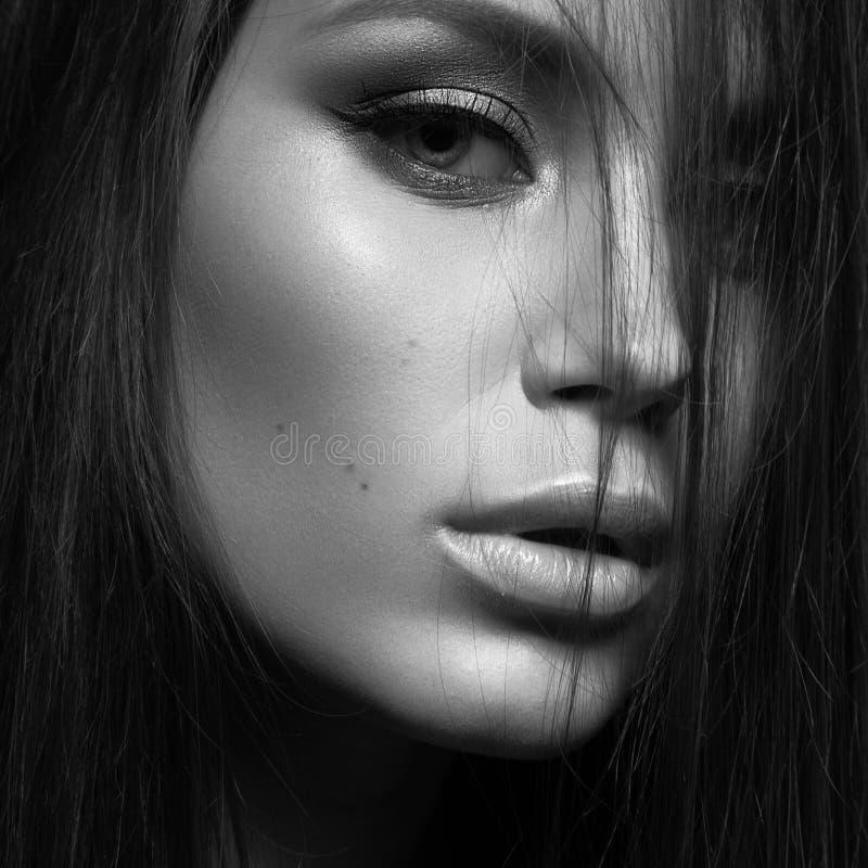 Mujer hermosa con maquillaje de la tarde y pelo recto largo Ojos ahumados Foto de la manera Foto blanca negra foto de archivo