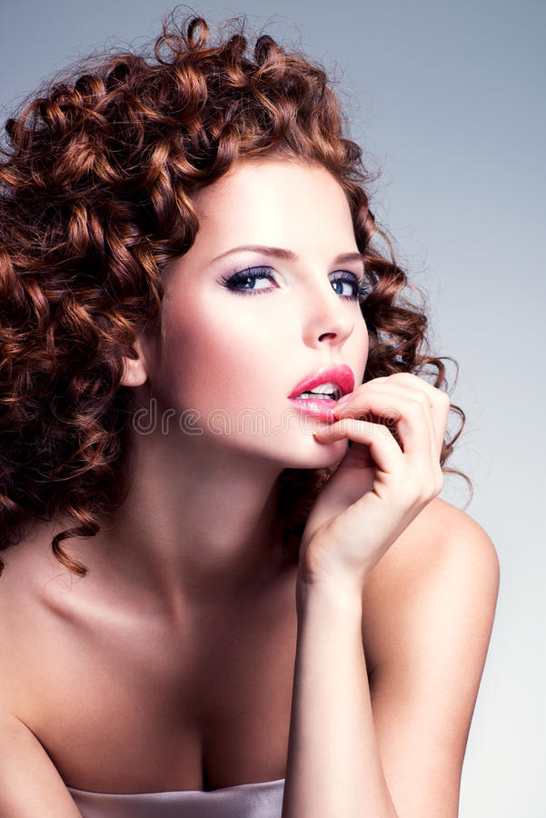 Mujer hermosa con maquillaje del encanto y el peinado elegante fotografía de archivo libre de regalías