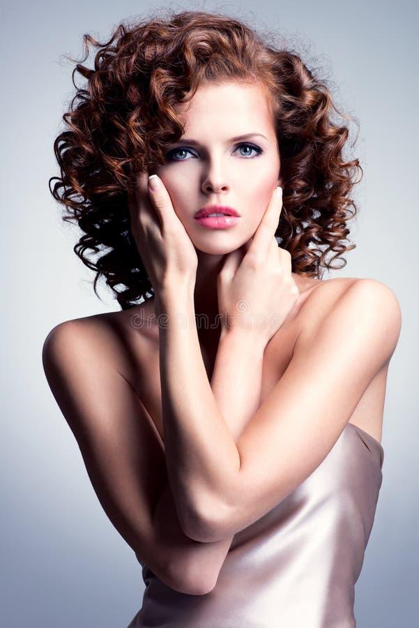 Mujer hermosa con maquillaje del encanto y el peinado elegante fotos de archivo libres de regalías