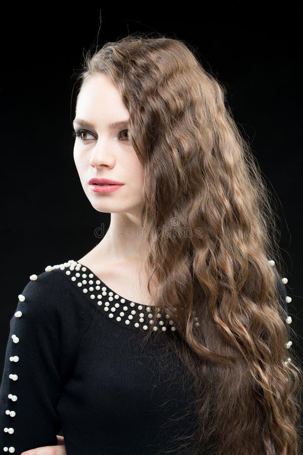 Mujer hermosa con maquillaje del pelo oscuro y de la tarde Alineada negra atractiva imagen de archivo libre de regalías