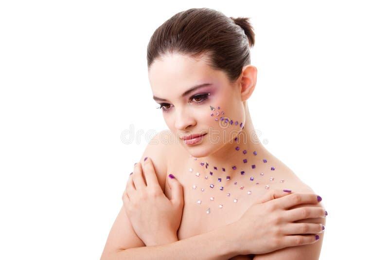 Mujer hermosa con maquillaje púrpura foto de archivo