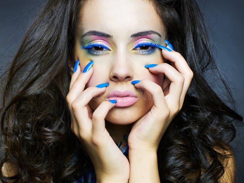 Mujer hermosa con maquillaje y la manicura brillantes fotografía de archivo libre de regalías