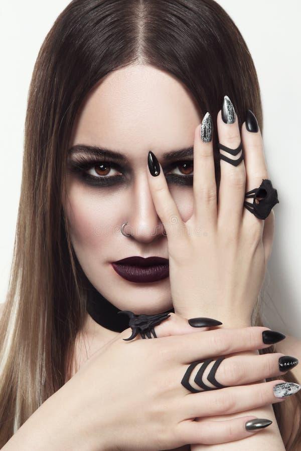 Mujer hermosa con maquillaje y la manicura góticos elegantes foto de archivo libre de regalías