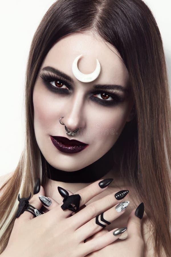 Mujer hermosa con maquillaje y la manicura góticos elegantes fotos de archivo
